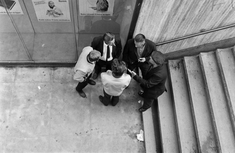 asematunneli miehia portaissa