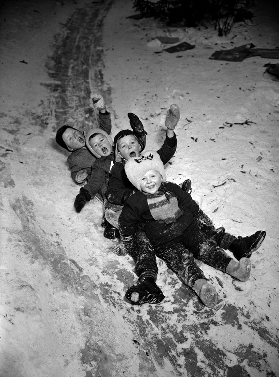 talvi_lapset laskevat makea